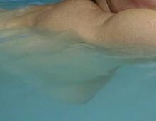 seins dans la piscine